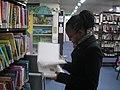 סטודנטית בספריית מכללת לוינסקי.JPG