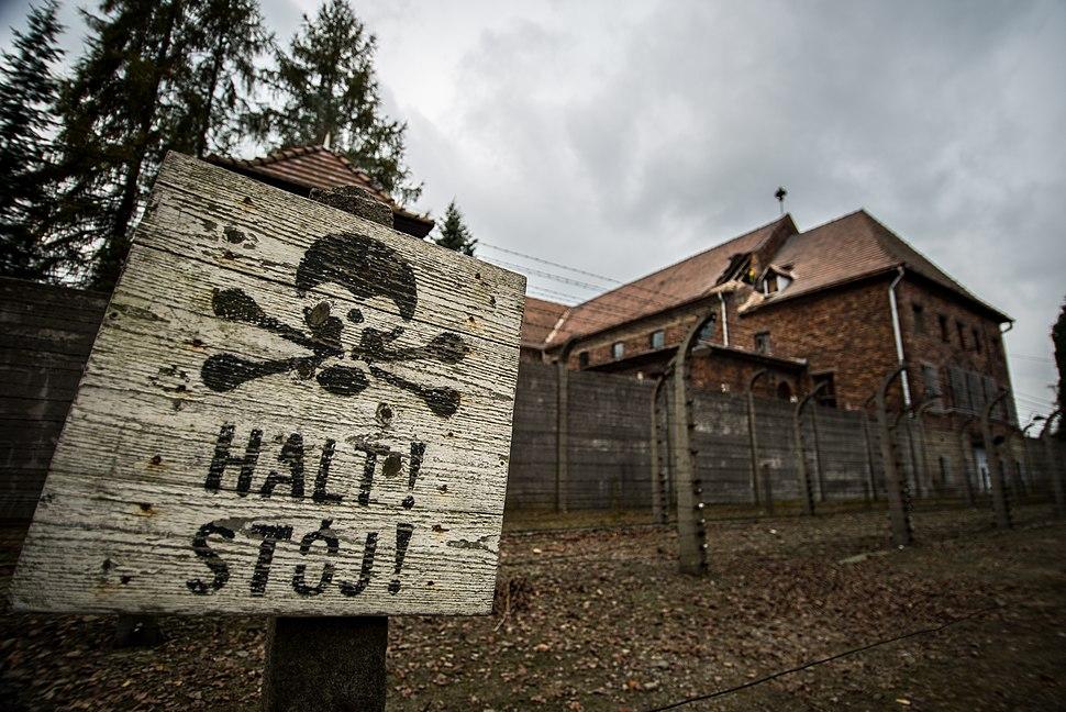 שלט במחנה אושוויץ