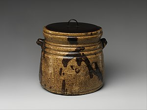 Seto ware - Kiseto water jar, clay covered with glaze and iron-brown splashes and black lacquer cover, Momoyama or Edo period, 17th century
