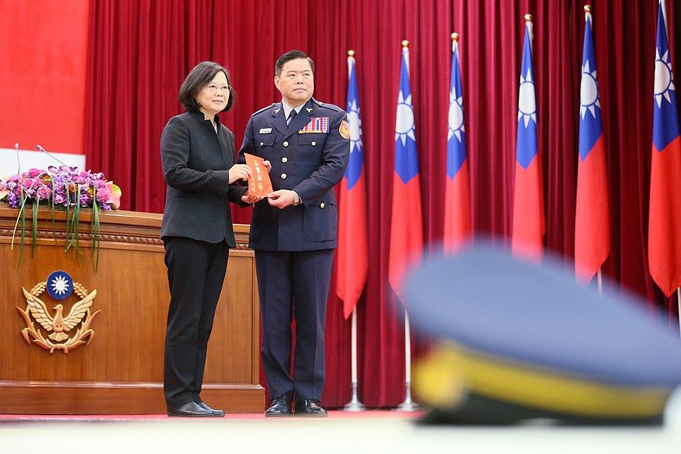 01.24 總統出席內政部警政署「106年第一次署務會議」,並頒發新春紅包予警察同仁 (31651014364)