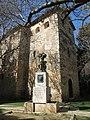 026 Castell de la Geltrú, angle nord-est, i monument a Toldrà (Vilanova i la Geltrú).jpg