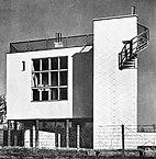 Edificio de tres viviendas en Katowicka de Bohdan Lachert y Józef Szanajca