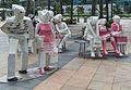 2016 Singapur, Downtown Core, Rzeźby na placu Fullertona (02).jpg