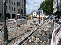 2017-09-05, Kanal- und Gleiserneuerung auf der Freiburger Kaiser-Joseph-Straße, Pflasterung des neuen Bahnsteigs.jpg