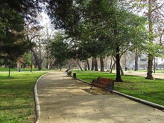 Parque Forestal - Image: 2017 Santiago de Chile Bancos y senderos en el Parque Forestal (a la altura de la calle Coronel Santiago Bueras)