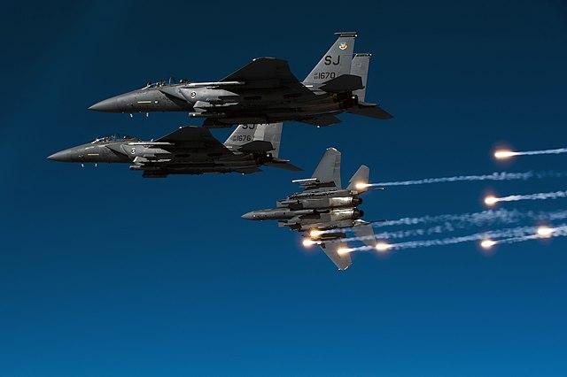 Un grupo de F-15E soltando bengalas antimisiles