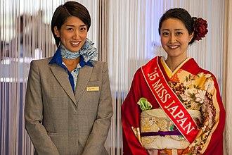 Un esempio di abbigliamento femminile giapponese moderno e tradizionale. 3d459cc39d8