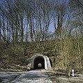 Aanzicht op de paraboolvormige oostelijke tunnel, de fietstunnel, met doorkijk - Kerkrade - 20388032 - RCE.jpg
