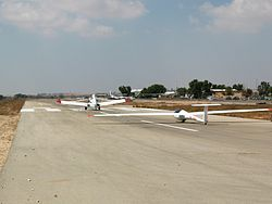 Airpaine and glider taking off in Sde Teman 009.jpg