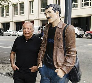 Horacio Altuna - Altuna posing along with a statue of El Loco Chávez in Buenos Aires, 2015.