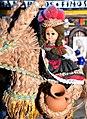 Andalusische Puppe auf Bastesel mit Terracotta-Krügen vor keramischem Lebensmittelgeschäft (Detailansicht).jpg