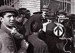 Atatürk vatandaşları dinlerken.jpg