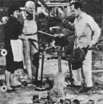 Augusto Cicaré con sus padres frente a la fragua.png