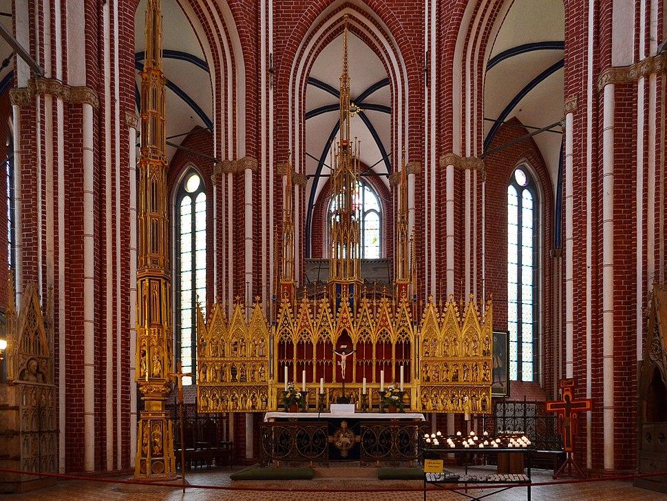 Bad Doberan, M%C3%BCnster, Blick in den Chor mit Hochaltarretabel und Sakramentsturm 10 edit