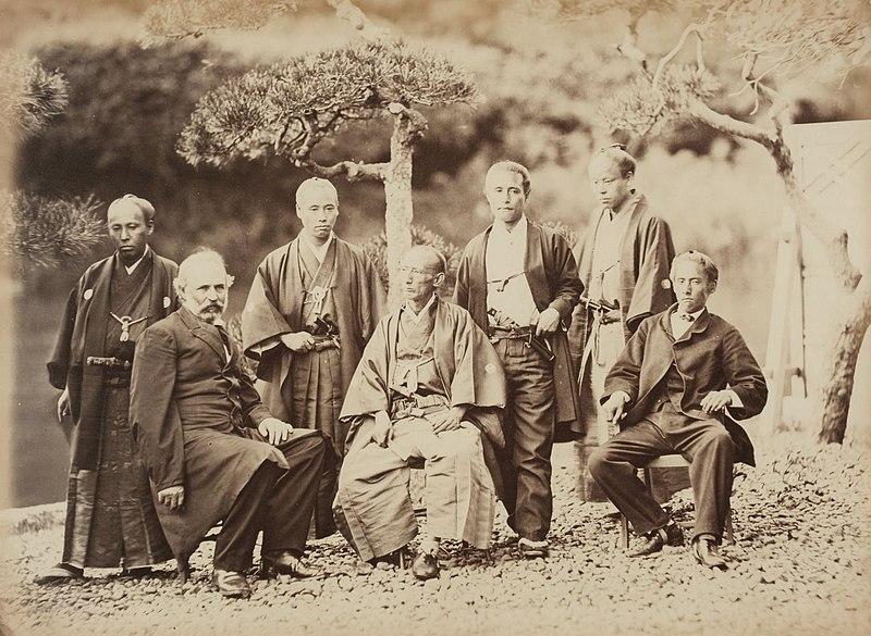 右から3人目が勝海舟。他は大関増裕、松平太郎、稲葉正巳、石川重敬、ヴァン・ヴァルケンバーグ(アメリカ公使)江連堯則(外国奉行)Wikipediaより