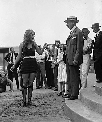Beauty pageant - Woman receiving an award for winning a beauty pageant, 1922