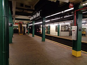 Bedford Park Boulevard (IND Concourse Line) - Looking south on the Norwood-bound platform