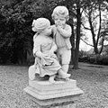 Beeldengroep van twee kinderfiguurtjes bij hoek voorgevel - Ridderkerk - 20037334 - RCE.jpg