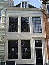 foto van Huis met gepleisterde lijstgevel. Dakkapel met houten piron. Eenvoudige voordeuromlijsting