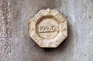 Benchmark on 261 rue de Belleville, Paris, France.JPG
