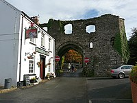 Boot and Shoe pub and Town Gatehouse - geograph.org.uk - 1154701.jpg