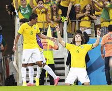 David Luiz mentre esulta dopo aver realizzato il 2-0 alla Colombia durante i quarti di finale della Coppa del Mondo 2014