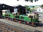 Brohltalbahn 3 Dieselloks mit Lokschuppen.jpg