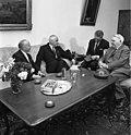 Bundesarchiv B 145 Bild-F023246-0005, Bonn, Kanzler empfängt britische Parlamentarier.jpg