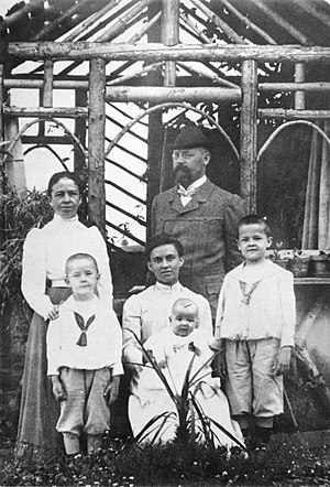 Gebhard Ludwig Himmler - Gebhard and Anna Himmler (standing) with their three children: Heinrich (left), Ernst (centre) and Gebhard (right) in a 1906 photograph