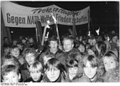 FDJers and pioneers of the Prenzlauer Berg district at a peace meeting on Helmholtzplatz