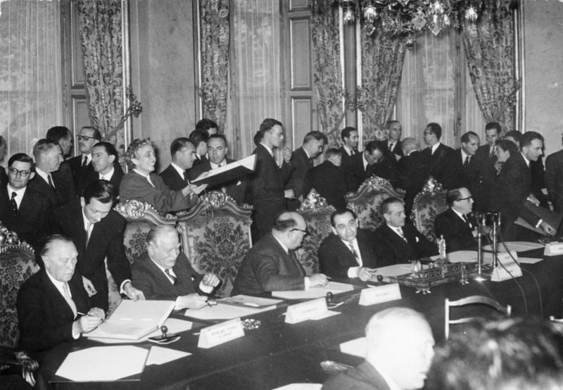 Bundesarchiv Bild 183-27146-0001, Paris, NATO-Vertrag, Unterzeichnung Adenauer