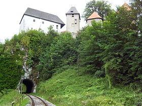 280px-Burg_Ozalj_mit_den_Eisenbahntunnel
