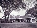 COLLECTIE TROPENMUSEUM Het huis van de heer Pietermaat administrateur van de suikeronderneming Kalibagor. Hij staat samen met Nolson en Clarkson voor het huis. TMnr 60004384.jpg