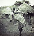 COLLECTIE TROPENMUSEUM Portret van een Swazi vrouw met kind op haar rug bij Mbabane TMnr 10004275.jpg