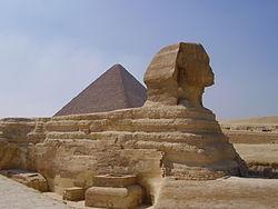 La Esfinge. Al fondo la Gran Pirámide.