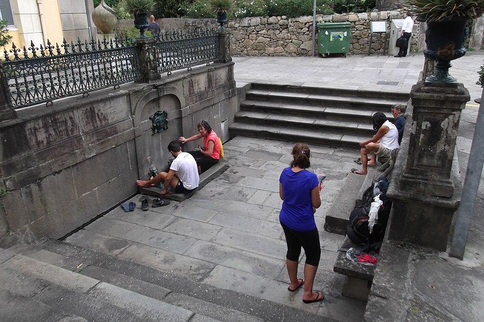 Peregrinos na fonte das Burgas, en Caldas.