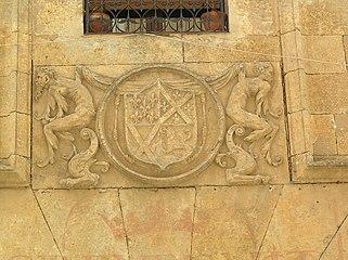 Casa de los Gómez de Silva. Escudo sobre dintel de la puerta.jpg