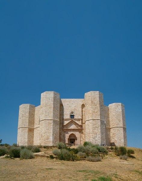 http://upload.wikimedia.org/wikipedia/commons/thumb/f/ff/Castel_del_Monte0001.jpg/472px-Castel_del_Monte0001.jpg