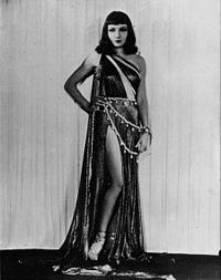 Claudette Colbert, en impératrice romaine.jpg