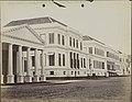 Collectie NMvWereldculturen, RV-A440-ee-35A, Foto, 'Gouvernementsgebouw te Batavia', fotograaf Woodbury & Page, 1924-1932.jpg