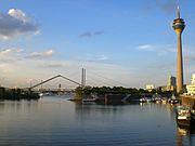 Medienhafen mit Rheinkniebrücke im Hintergrund
