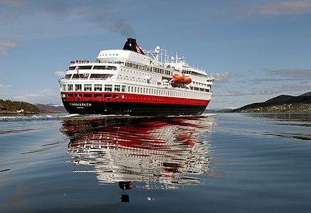 Das Schiff Finnmarlen der Hurtigruten in Norwegen.jpg