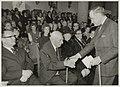 De dichter Roland Holst feliciteert Jan Bronner met zijn negentigste verjaardag. V.l.n.r. Commissaris v.d. Koningin de heer Kranenburg Jan Bronner H.K.H.Prinses Beatrix, Burgemeester de Go, NL-HlmNHA 54011896.JPG