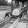 De houtzagerij met een cirkelzaag, Bestanddeelnr 252-4833.jpg