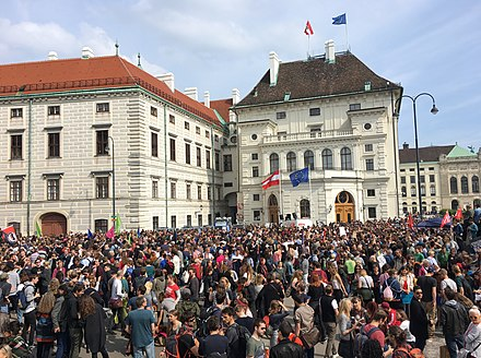 A rally on the Ballhausplatz on 18 May 2019 demanding an early election