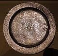 Dinastia tang, vassoio con base, decorato con bestie mitologiche e racemi, argento, viii secolo 01.jpg
