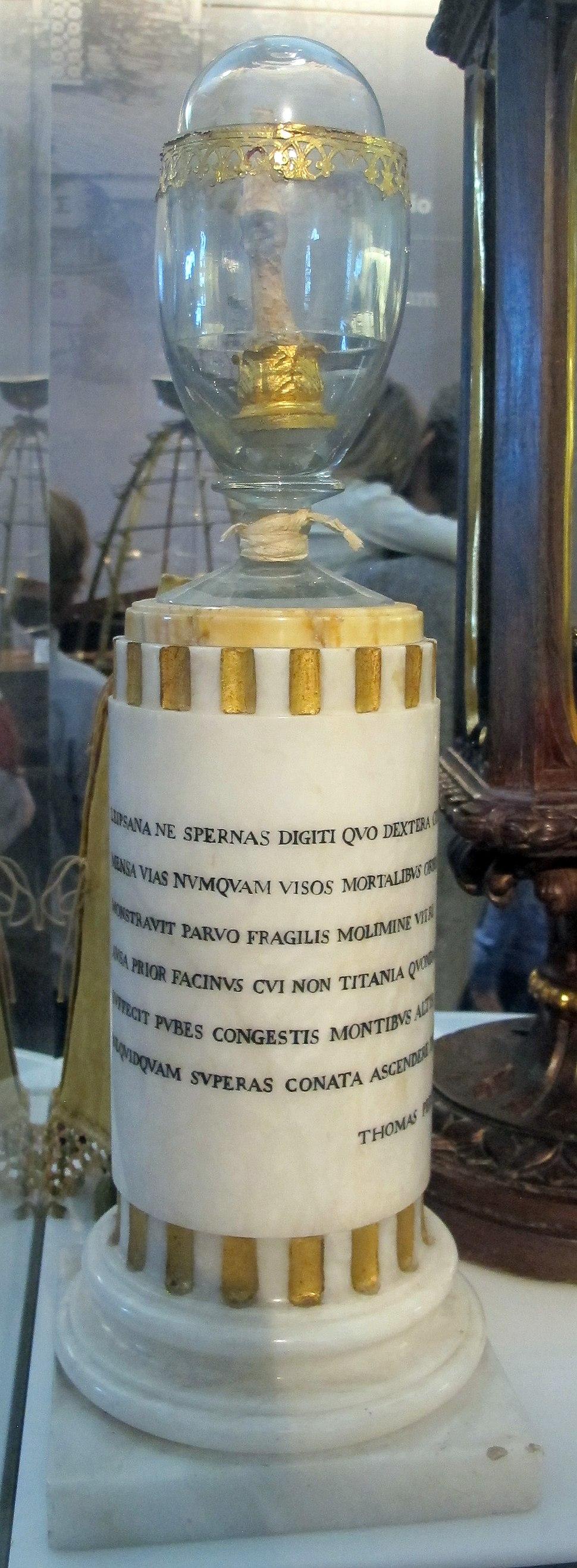 Dito della mano destra di galileo, in teca del 1737