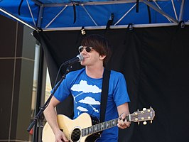 Drake Bell zingt 'Makes Me Happy'