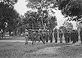 Een peloton KNIL-militairen staat aangetreden voor een kazerne. Acher hen een v, Bestanddeelnr 15924.jpg