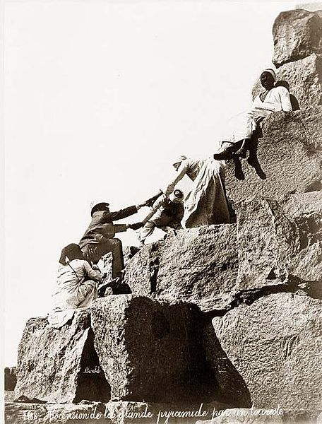 chronologie interdite - Page 5 456px-Egypt_Great_Pyramide_tourist_ascending_1875